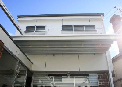 retractable-roofing-extending-from-house-sydneys-northern-beaches